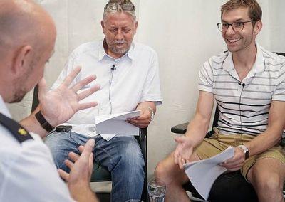Die SZ-Redakteure Christoph Springer und Fabian Deicke im Gespräch mit dem Dresdner Polizeichef Jörg Kubiessa.