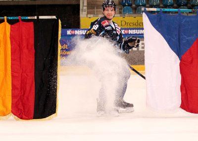 Beim großen Hockey Open Air 2020 spielten die Dresdner Eislöwen gegen die Füchse aus Weißwasser.