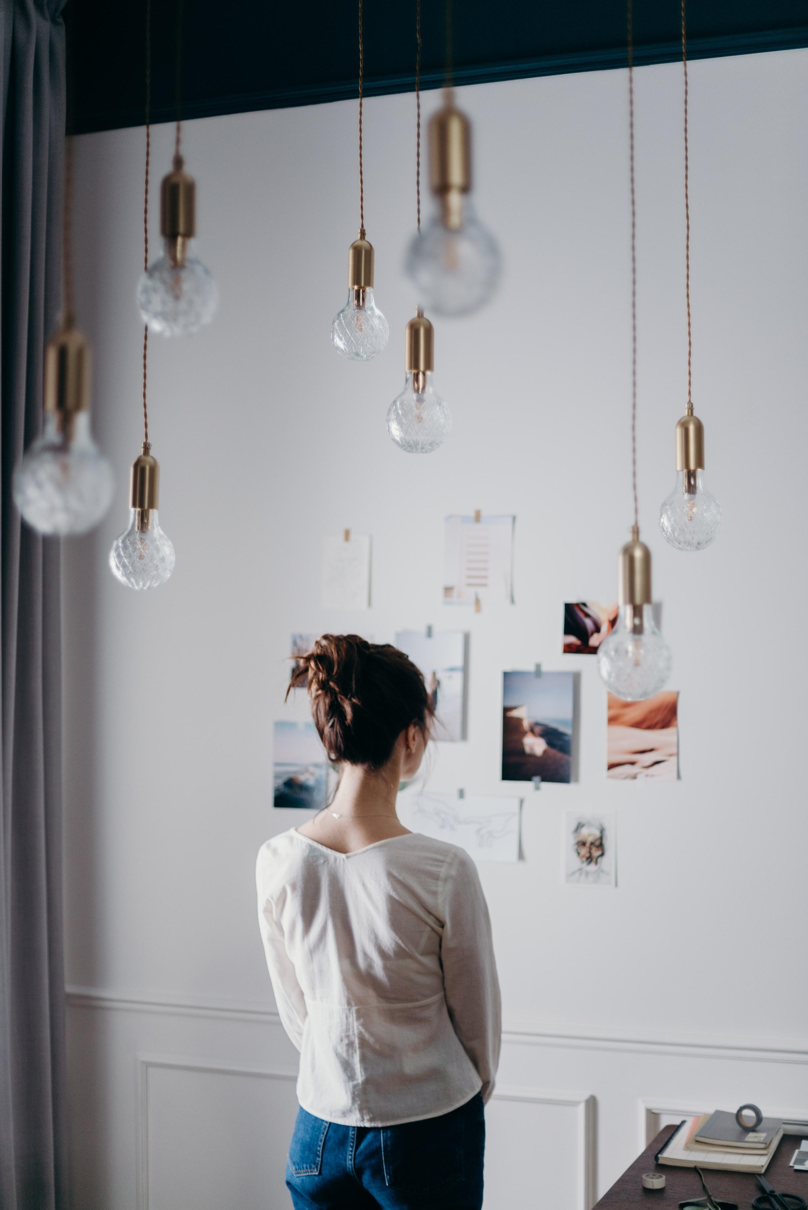 DDV-Media - Pinterest - Blogbeitrag - Bild: Frau schaut auf ein Whiteboard