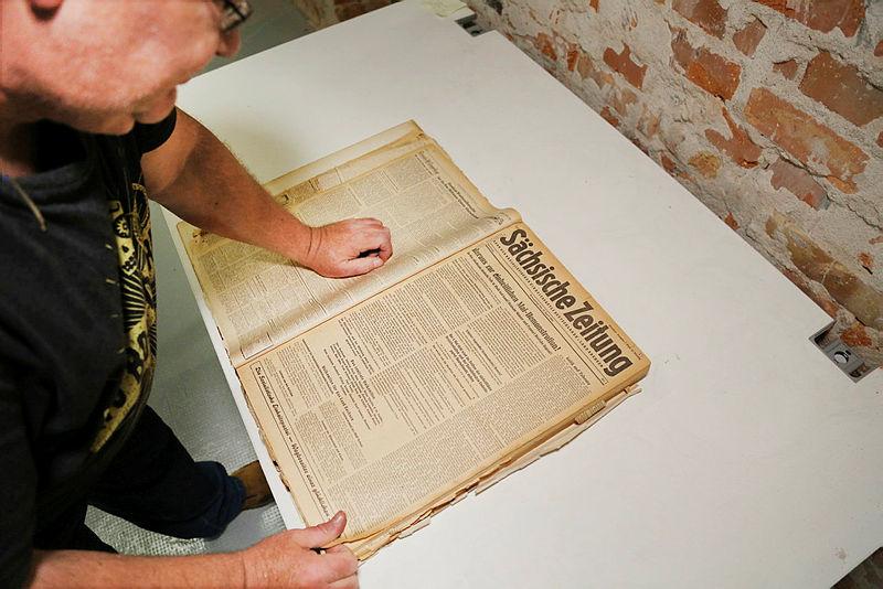 DDV Media - Archiv und SZeitgeschichte - Jens Jahn mit historischer Ausgabe